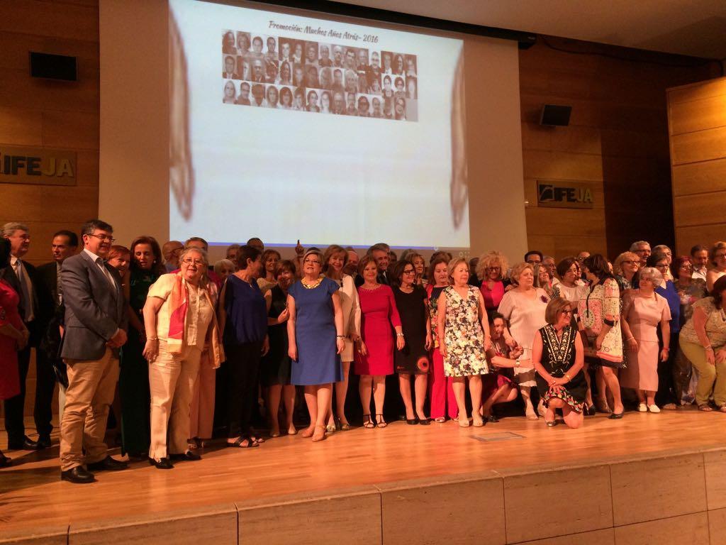 El Complejo Hospitalario de Jaén homenajea a sus 105 profesionales jubilados el año pasado en un act