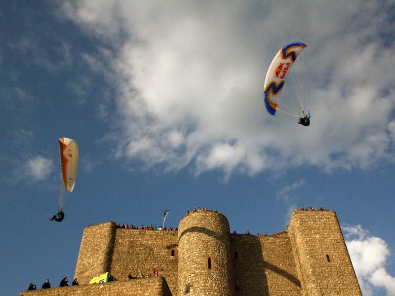 Segura de la Sierra acoge este fin de semana el XVIII Festival Internacional del Aire El Yelmo