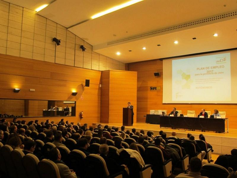 Unos 200 autónomos de casi toda la provincia reciben en IFEJA ayudas de 3.000 euros de la Diputación