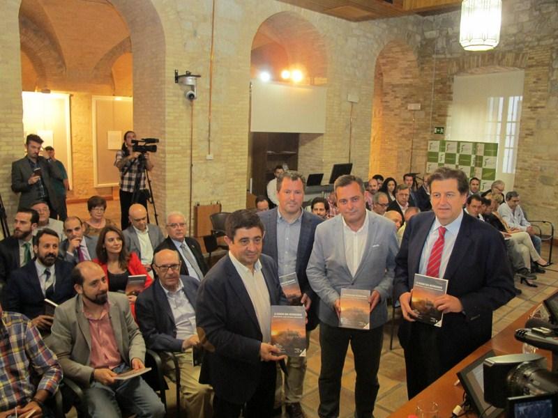 La Diputación colabora en la edición de un libro que muestra la expansión y el peso del olivar en el