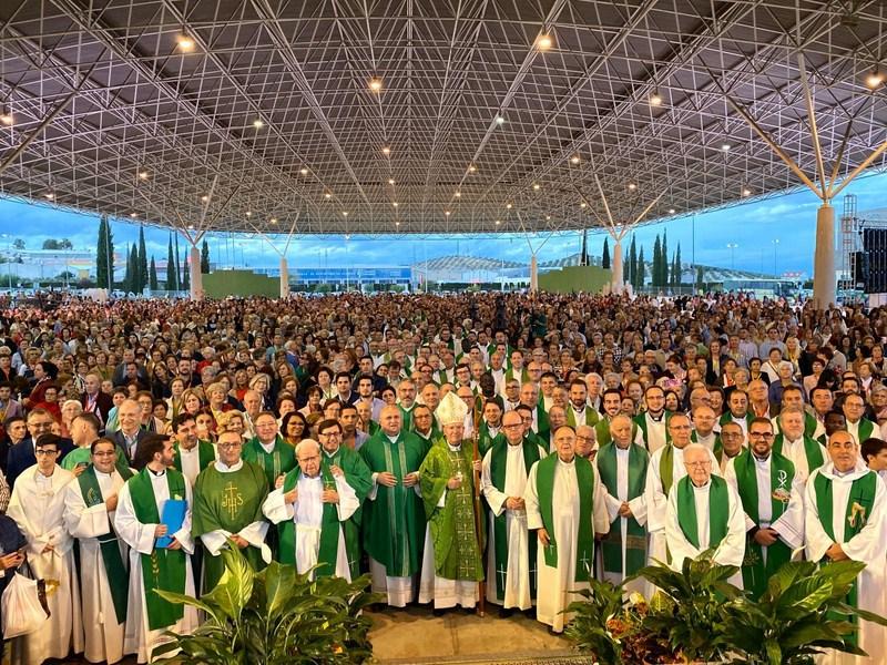 Más de 8.000 personas han participado en la misa que clausuraba la Feria de la Fe celebrada en IFEJA